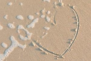 hart getekend in zand